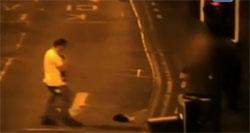 Une photo de la vidéo de surveillance enregistrant Anthony Delaney tuant à coups de pieds un chat